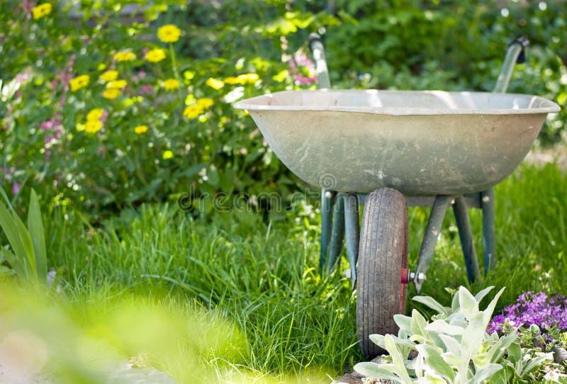 Schubkarre im Garten stockfotografie