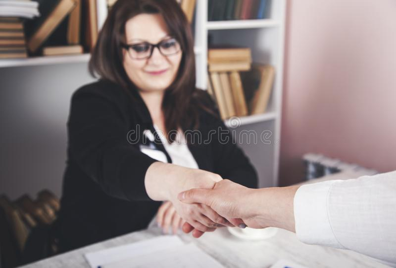 Schudden het bedrijfs van de vrouw handen stock fotografie