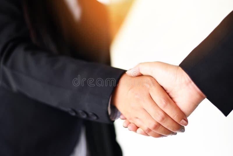 Schuddend handconcept - twee succesvolle Aziatische bedrijfsvrouwen schudden handenmensen die met behoefte aan uitwisseling en sa royalty-vrije stock foto