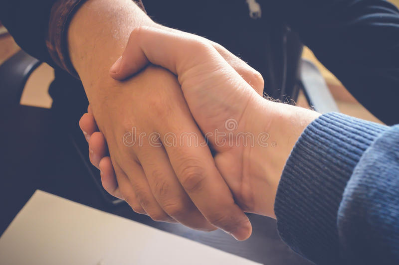 Schuddende handen stock afbeelding