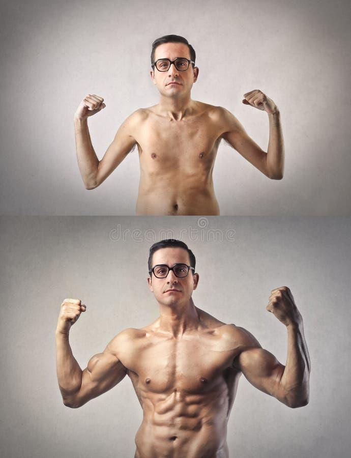Schudnięcie i mięśniowy mężczyzna zdjęcia royalty free
