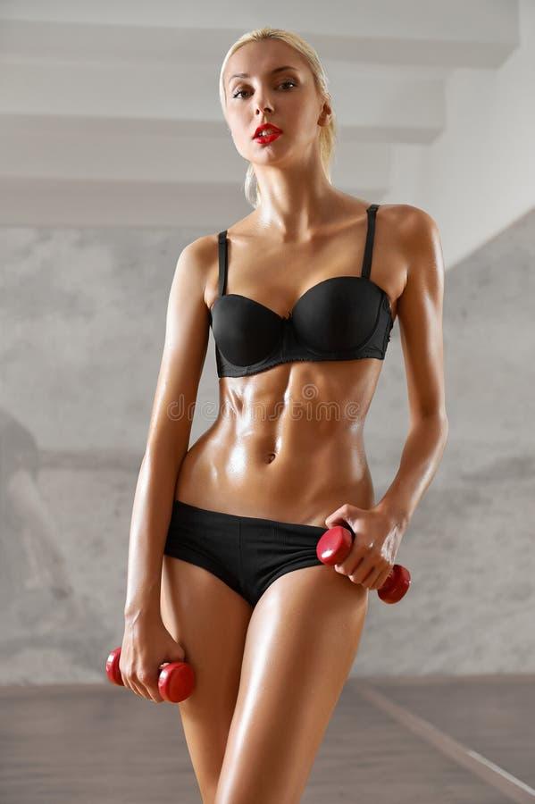 Schudnięcie, seksowny, blondynka, młoda sportsmenka z sportowym ciałem, pozuje w obrazy stock
