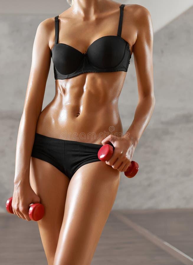Schudnięcie, seksowny, blondynka, młoda sportsmenka z sportowym ciałem, pozuje w zdjęcie royalty free