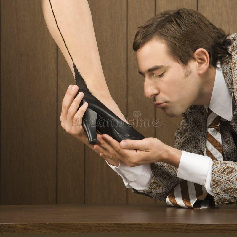 Schuh der Mannholding-Frau stockbild