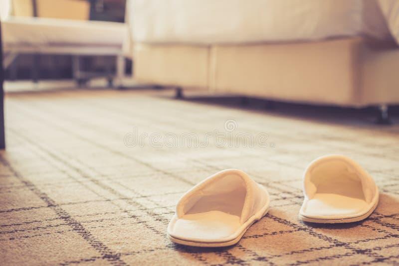 Schuh im Hotelzimmer lizenzfreies stockbild