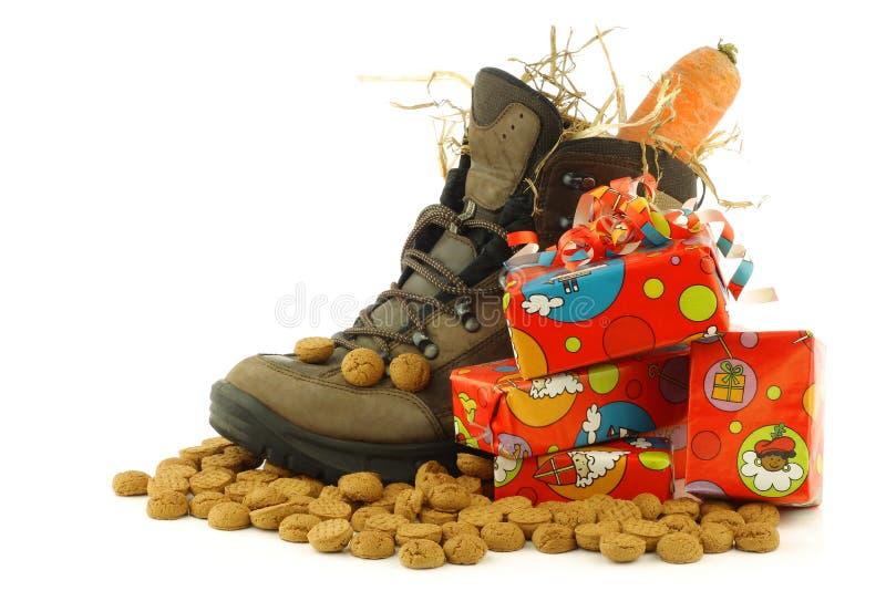 Schuh mit einer Winterkarotte und -einiger stellt sich dar stockfoto