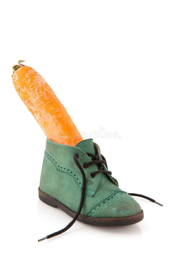 Schuh mit Karotte lizenzfreie stockfotografie