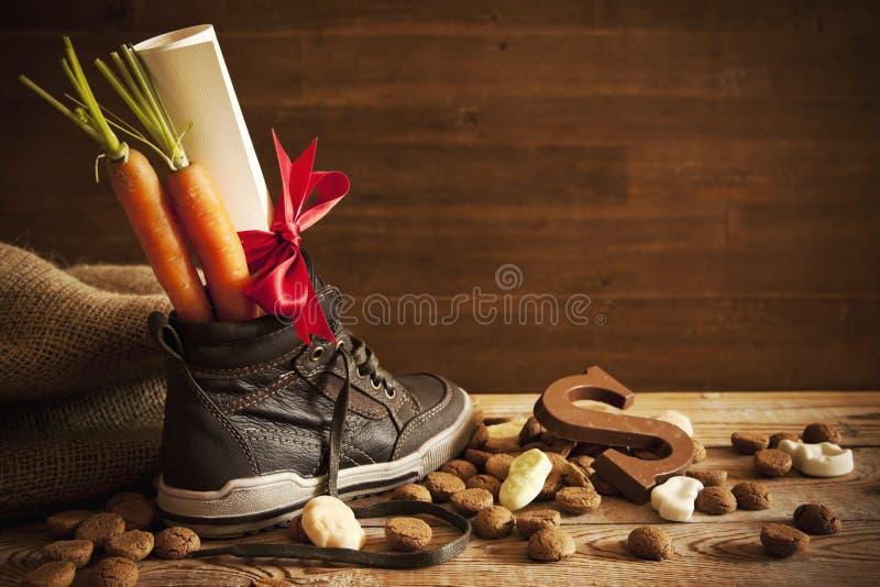 Schuh mit Karotten, für traditionellen niederländischen Feiertag 'Sinterklaas' stockbild