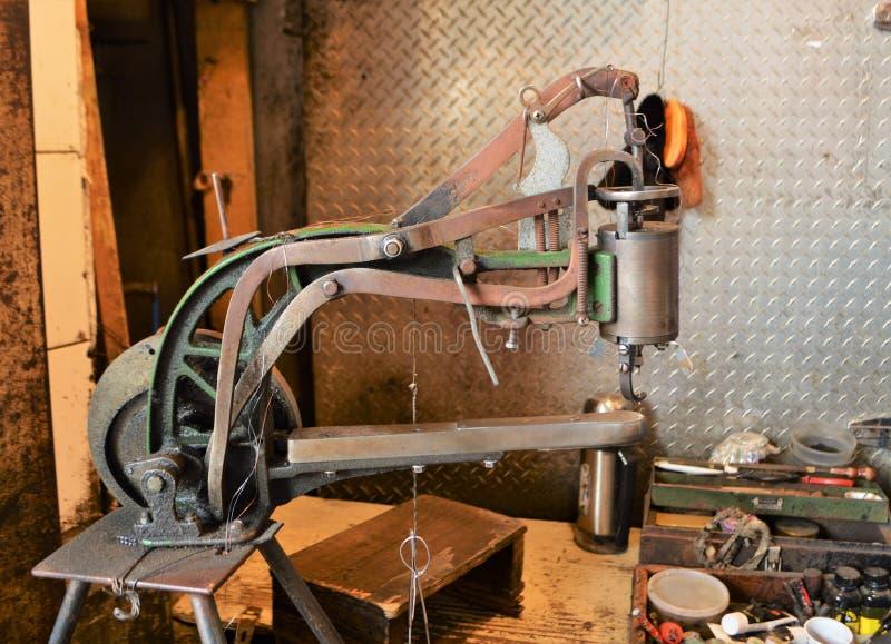 Schuh Reparatur Maschine stockfoto. Bild von für