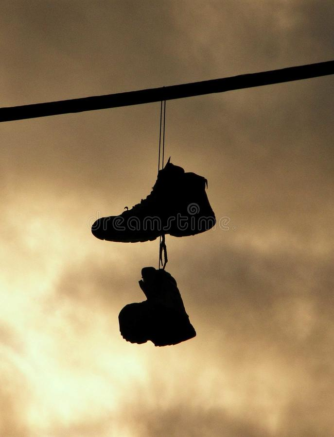 Schuhe über einem Draht lizenzfreies stockbild