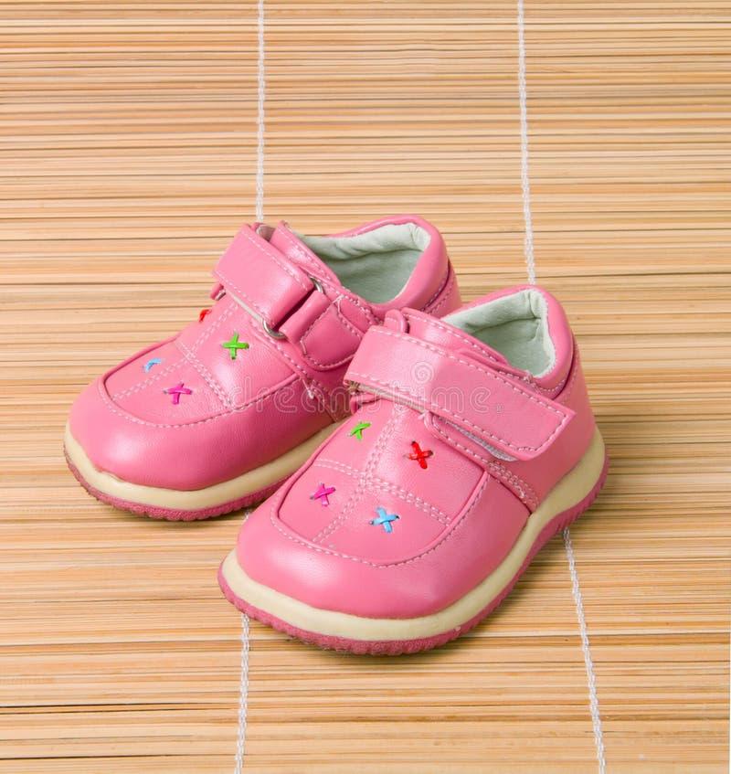 Schuhe #3 der rosafarbenen Kinder auf Bambus lizenzfreies stockfoto