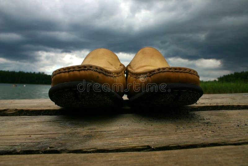 Schuhe auf der Brücke stockfotografie