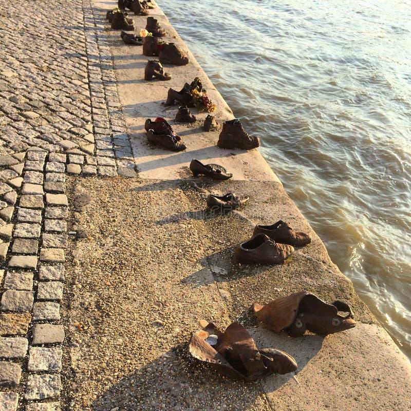 Schuhe auf der Donau lizenzfreie stockfotos