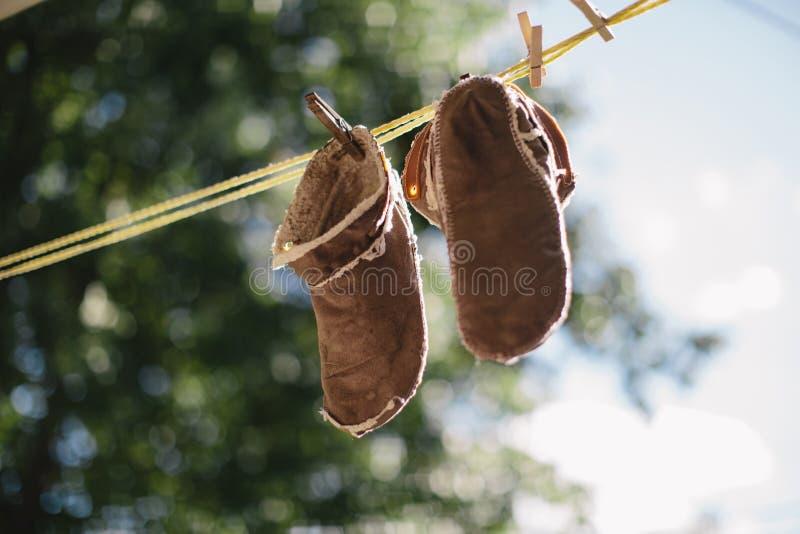 Schuhe auf einer Wäscheleine stockbild