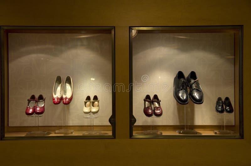 Schuhe auf Fenster stockfoto