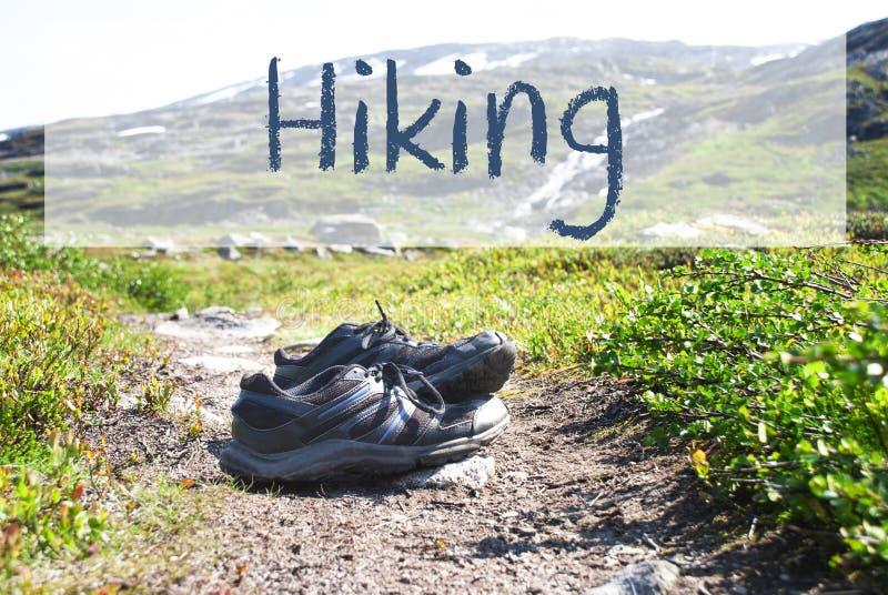 Schuhe auf Trekkings-Weg, englisches Text-Wandern stockfotografie
