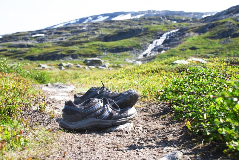 Schuhe auf Trekkings-Weg in Norwegen, schöne Wildnis-Landschaft lizenzfreie stockbilder
