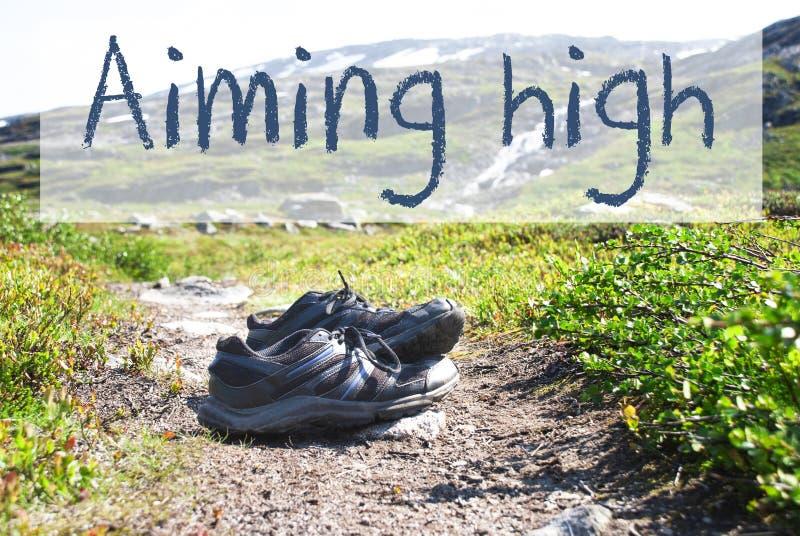 Schuhe auf Trekkings-Weg, Text, der hoch zielt lizenzfreie stockbilder