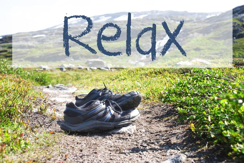 Schuhe auf Trekkings-Weg, Text entspannen sich stockbilder