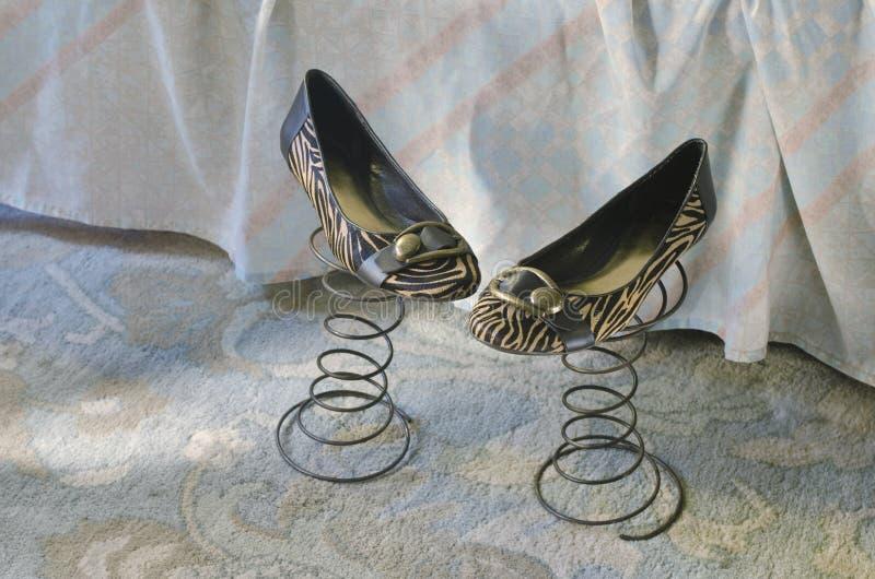 Schuhe der Frau auf Frühlingen stockfotos