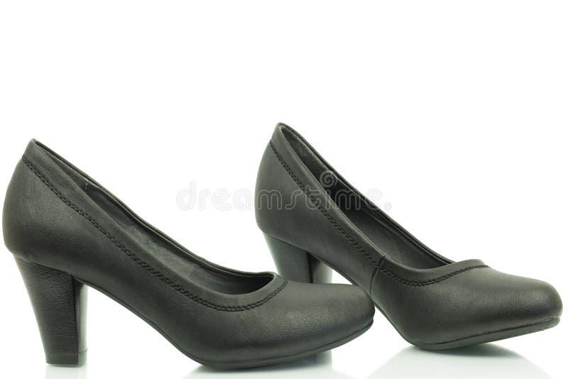 Schuhe der Frauen mit einer Ferse in der schwarzen Farbe stockfoto