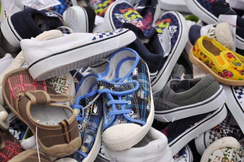 Schuhe der Kinder für jede Größe lizenzfreie stockbilder