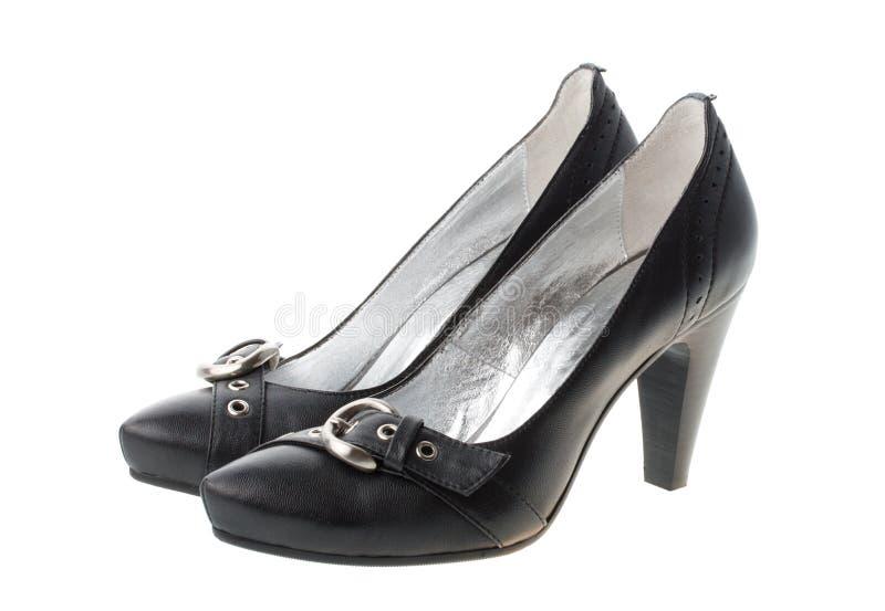 Schuhe der schwarzen Frau mit kleinen Brücken lizenzfreie stockfotos