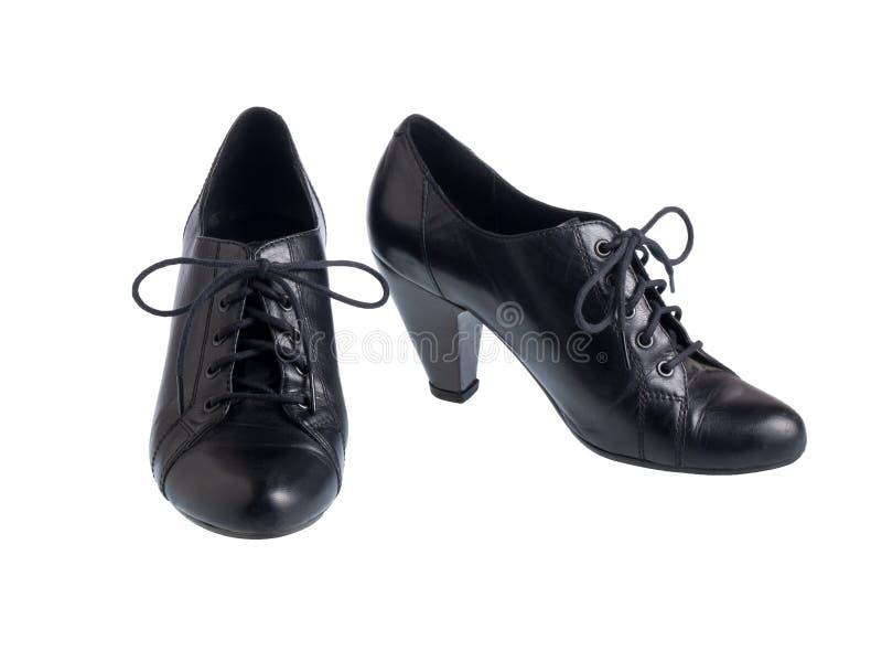 Schuhe der schwarzen Frauen getrennt auf Weiß stockfoto
