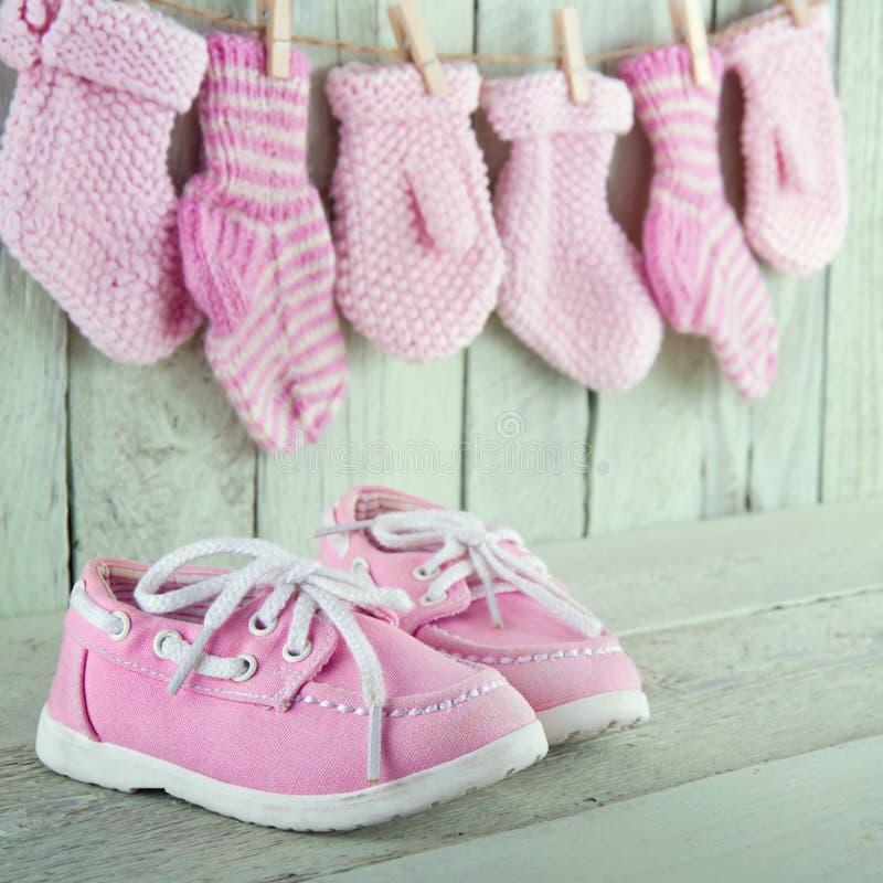 Schuhe des kleinen Mädchens auf grünem Hintergrund stockbilder