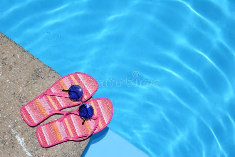 Schuhe durch Pool lizenzfreie stockfotos