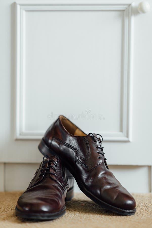 Schuhe für den Bräutigam lizenzfreies stockbild