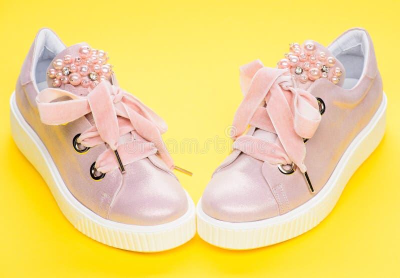 Schuhe für die Mädchen oder Frauen, die mit Perle verziert werden, bördeln Bezauberndes Schuhekonzept Paare von blassem - rosa we stockbild