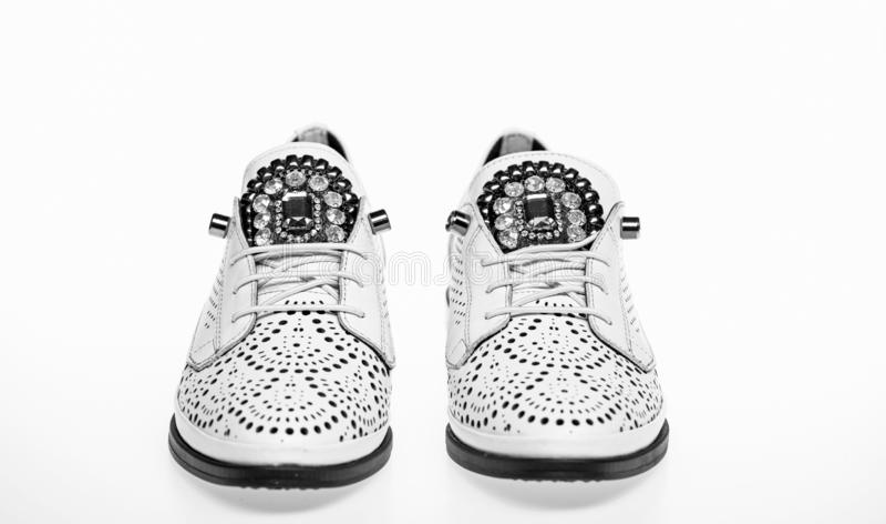 Schuhe hergestellt aus weißem Leder heraus auf dem weißen Hintergrund, lokalisiert Schuhe für Frauen auf flach einzigem mit Perfo stockbilder
