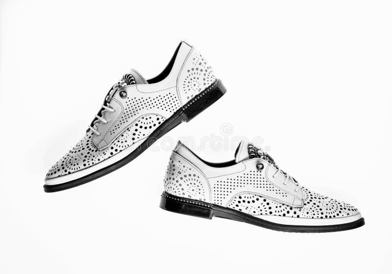 Schuhe hergestellt aus weißem Leder heraus auf dem weißen Hintergrund, lokalisiert Paare moderner bequemer oxfords Schuhe fußbekl stockbild