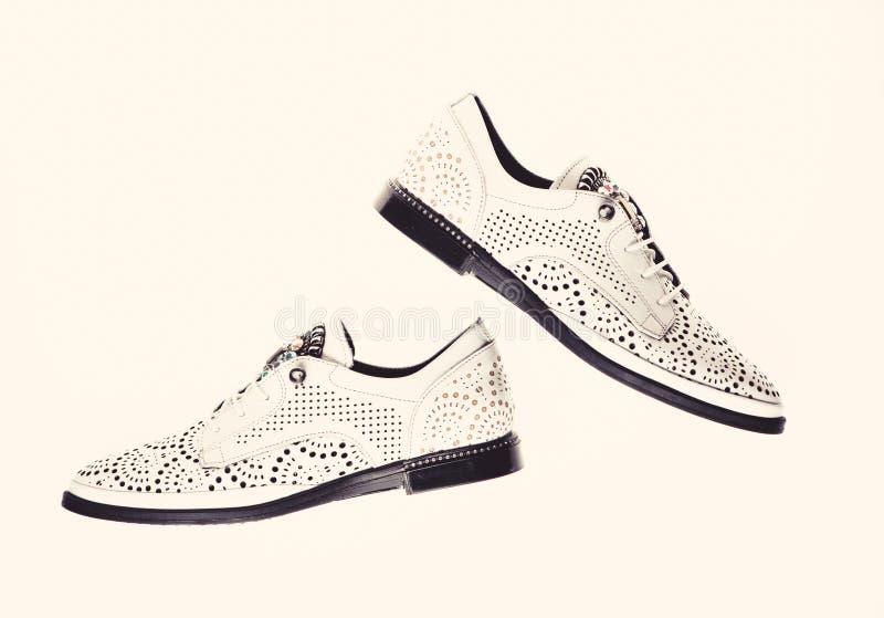 Schuhe hergestellt aus weißem Leder heraus auf dem weißen Hintergrund, lokalisiert Paare moderner bequemer oxfords Schuhe fußbekl lizenzfreie stockfotografie