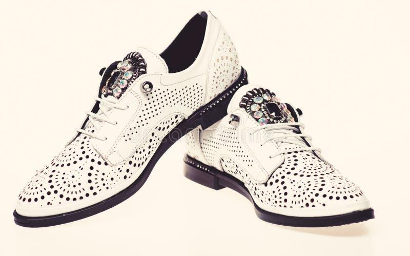 Schuhe hergestellt aus weißem Leder heraus auf dem weißen Hintergrund, lokalisiert Paare moderner bequemer oxfords Schuhe fußbekl lizenzfreies stockbild