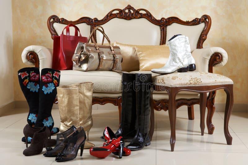 Schuhe, Matten und Handtaschen lizenzfreies stockbild