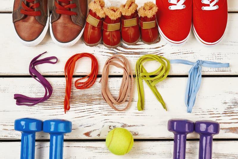 Schuhe, Tennisball und Dummköpfe lizenzfreie stockfotos