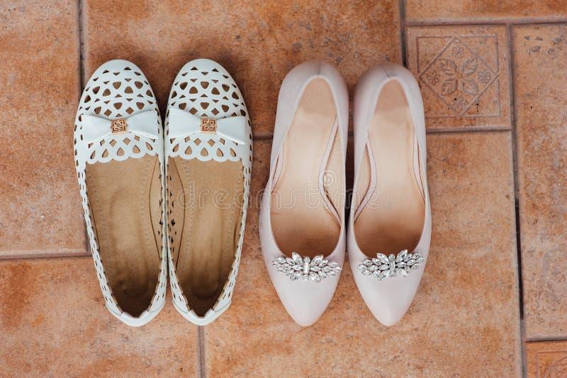 Schuhe und Beine der Braut auf dem Boden stockbild