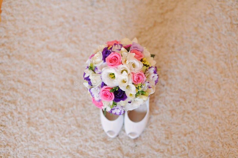 Schuhe und Blumenstrauß stockbilder