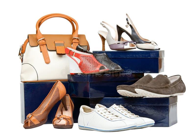 Schuhe und Handtasche auf Kästen über Weiß stockbilder