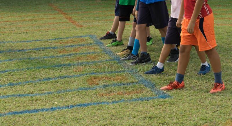 Schuhe von Läufern auf Anfang zeigen für Laufgrasbahn lizenzfreie stockfotos