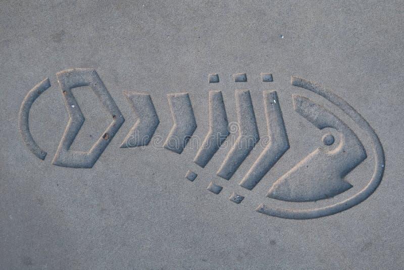 Schuhimpressum im Beton lizenzfreie stockfotografie