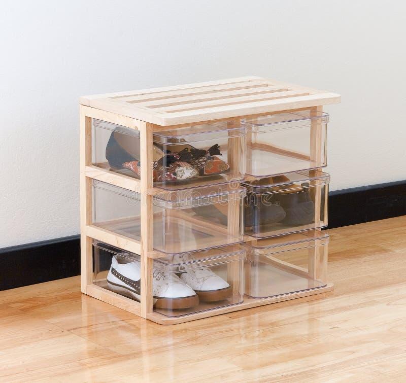 Schuhkästen auf einem hölzernen Standplatz lizenzfreies stockfoto