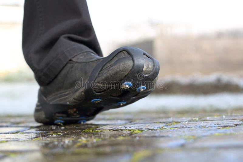 Schuhschnee nagelt Ketten auf Weg fest stockbilder