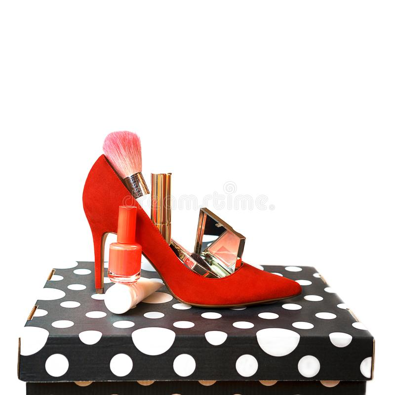 Schuhzusatz-Make-upkosmetik des modischen Ausstattungsplans rote auf Schwarzweiss-Kasten und weißem Hintergrund lizenzfreies stockfoto