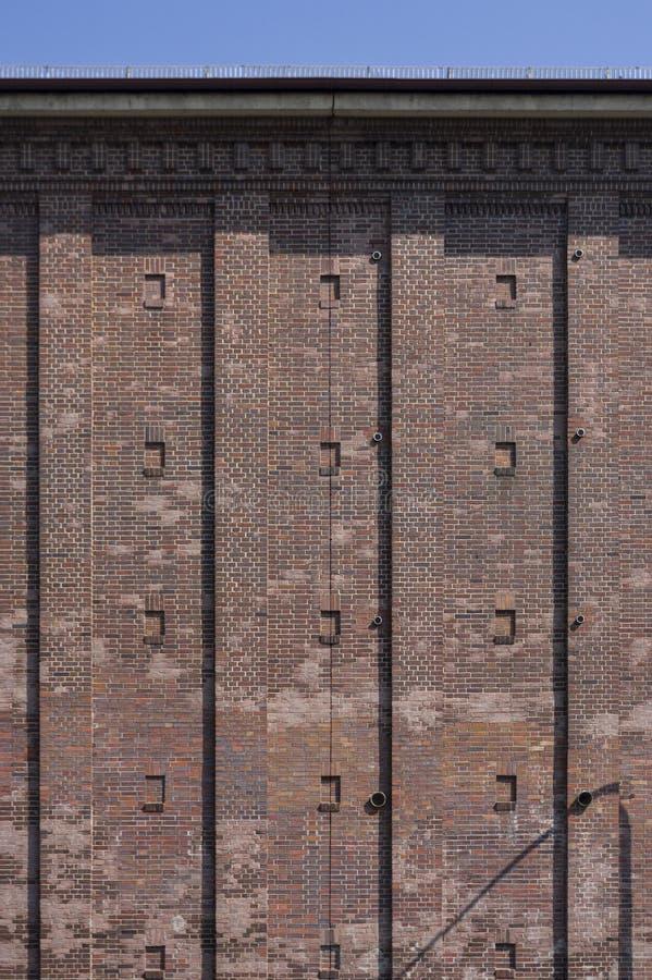 Schuilkelder als hoge bunker met baksteenvoorgevel in de stad van Schweinfurt in Duitsland stock foto