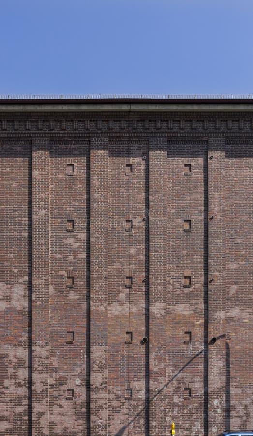 Schuilkelder als hoge bunker met baksteenvoorgevel in de stad van Schweinfurt in Duitsland royalty-vrije stock foto
