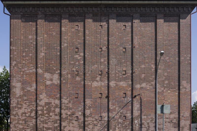 Schuilkelder als hoge bunker met baksteenvoorgevel in de stad van Schweinfurt in Duitsland stock foto's
