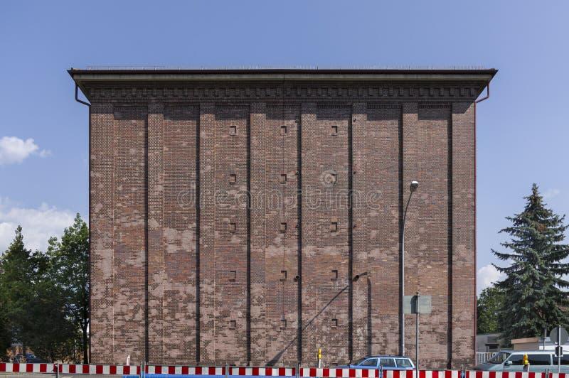 Schuilkelder als hoge bunker met baksteenvoorgevel in de stad van Schweinfurt in Duitsland stock fotografie